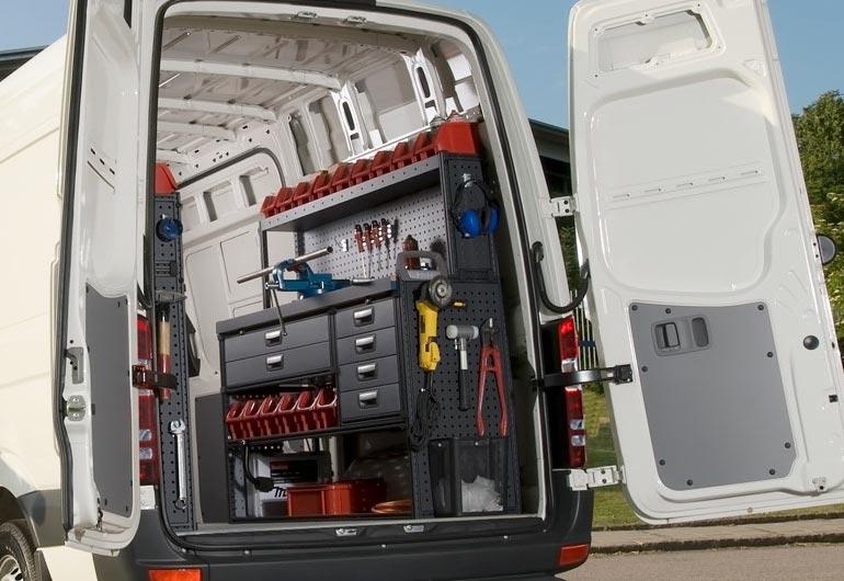 bilinredning med verkstadsutrustning och arbetsbänk